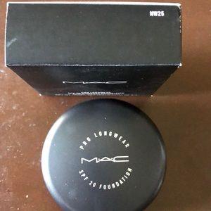 Mac Pro longwear cream foundation nw25